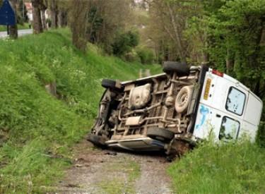 Un véhicule se renverse et fait cinq morts