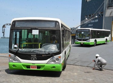 Transport abidjanais : 117 nouveaux autobus réceptionnés au port d'Abidjan