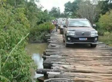 Bako : Le ministre des transports sur un pont en bois