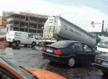 Marcory - Grand carrefour : Un camion citerne se renverse, les populations se ruent sur son gasoil