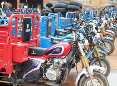 Korhogo / Transport de personnes et de marchandises : Les tricycles : Des cercueils roulants
