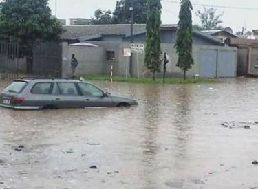 Comment s'échapper d'une voiture bloquée dans une inondation